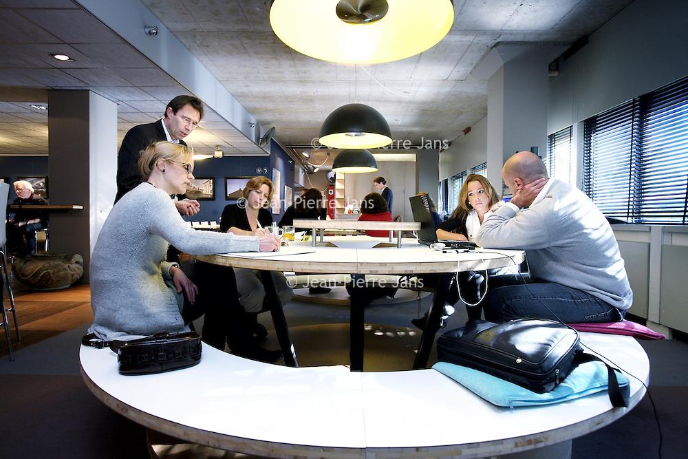 Nederland, Utrecht , 11 oktober 2010..Seat2meet. Dé nieuwste vergaderformule van Europa! U reserveert vergaderstoelen in plaats van zalen, gemakkelijk via internet. Hoe eerder u boekt, hoe groter uw voordeel!..Een plek waar ZZP-ers van allerlei plumage elkaar kunnen treffen, inspireren en waar men vergaderzalen kan huren..Seats2meet, a facility where one can meet by booking seats instead of rooms. Wifi and food included.