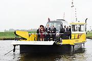 Koningspaar brengt streekbezoek aan regio Eemland<br /> <br /> Koningspaar brings regional visits to the region of Eemland<br /> <br /> op de foto/ On the photo: <br /> <br /> Het Koninklijk Paar vertrekt naar de pont naar Eemdijk, bij aankomst begroeting door burgemeester en korte wandeling langs aanwezig publiek onder muzikale begeleiding van leerlingen van de School met de Bijbel uit Eemdijk.<br /> <br /> The Royal Couple leaves for the pit to Eemdijk, upon arrival, greeting by mayor and short walk along the present audience under the musical guidance of pupils of the school with the Bible from Eemdijk.