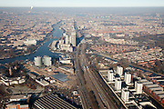 Nederland, Amsterdam, Amstel, 10-01-2009; links Amsterdam Zuid, rechts de Watergraafsmeer; begin Zuid-As rechts de Bijlmerbajes met studentenwonngen (containers), midden Spaklerweg  en spoorlijnen richting Amstelstation, links van het station de Rembrandt, Mondriaan en Breitner torens langs rivier de Amstel; linksonder Nuon-terrein (voormalig Zuidergasfabriek met watertoren);.Amsterdam Zuid on the left, to the right Watergraafsmeer; bottom right the towers of the prison Bijlmerbajes, middle railwaytracks and Amstel station; to the left of the station Rembrandt, Mondriaan and Breitner towers along the river Amstel, bottom left Nuon, former Sourthern gasworks (with old watertower).Bijlmer bajes, containerwoningen . .luchtfoto (toeslag); aerial photo (additional fee required); .foto Siebe Swart / photo Siebe Swart