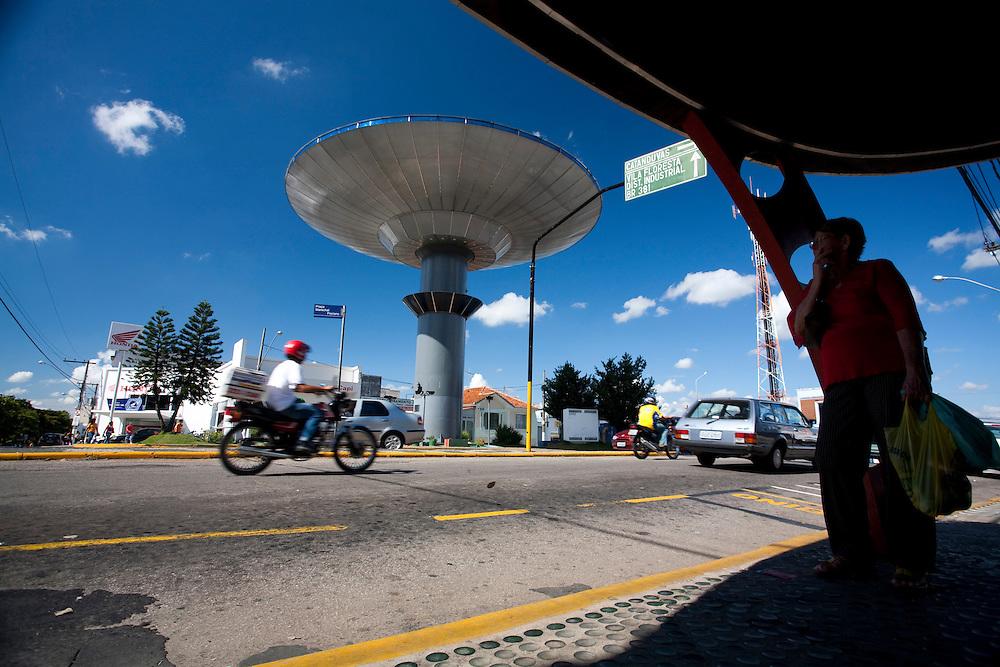 Varginha_MG, Brasil...Nave Espacial de Varginha (uma caixa d agua em formato de nave, com cerca de 5 metros de diametro) na Praca Marechal Floriano...Varginha spacecraft (water tower with about 5 meters in diameter) in Marechal Floriano square...Foto: LEO DRUMOND / NITRO.....