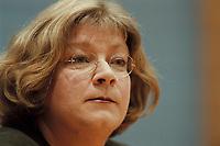 09 JAN 2001, BERLIN/GERMANY:<br /> Andrea Fischer, Bundesgesundheitsministerin a.D., gibt ihren Ruecktritt vom Amt der Bundesministerin vor der Bundespressekonferenz bekannt<br /> IMAGE: 20010109-01/01-27<br /> KEYWORDS: press conference, Rücktritt