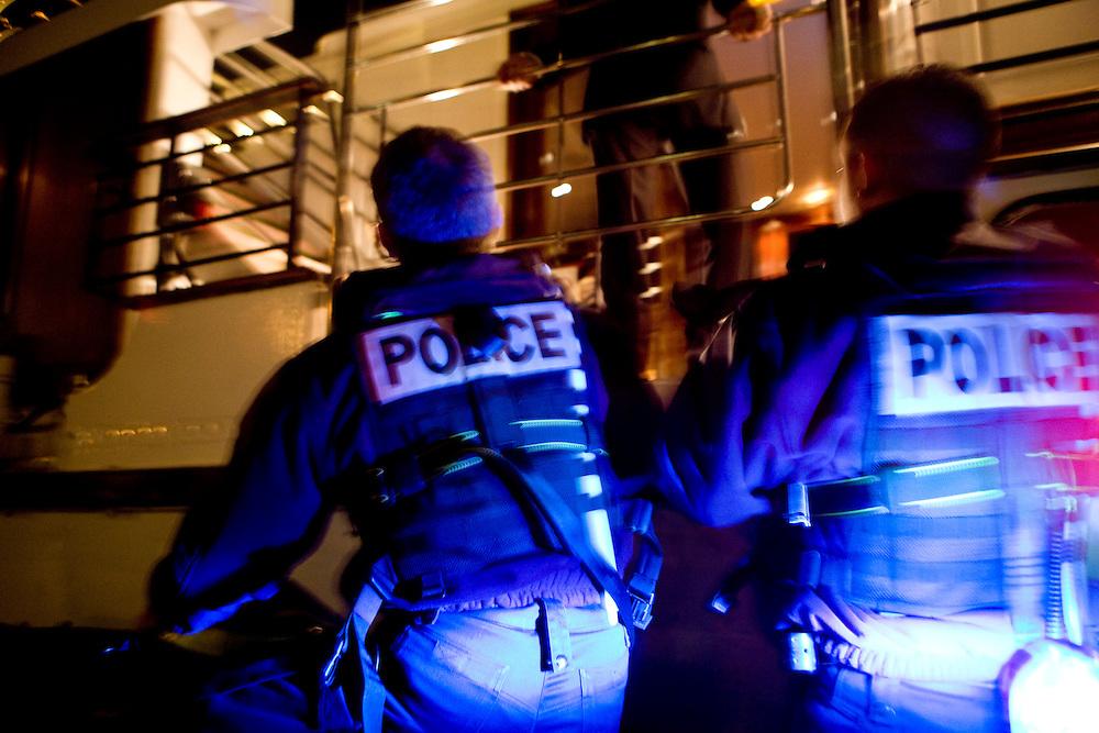 Paris, France. 2 Mai 2009..Brigade Fluviale de Paris..23h18 Intervention de secourisme suite a un malaise sur une peniche.. .Paris, France. May 2nd 2009..Paris fluvial squad..11:18 pm First aid intervention following a uneasiness on a barge..