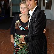NLD/Amsterdam/20050704 - Premiere Sleeping Beauty on Ice, zwangere Elle van Rijn en partner Kaja Wolffers