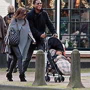 NLD/Laren/20081108 - Patrick kluivert en partner Rosanna Lima winkelend in Laren met zoontje Shane
