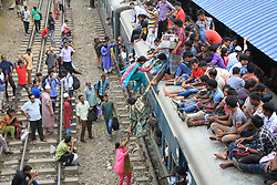 June 22, 2017 - Dhaka, Bangladesh - Travelers ride an overcrowded train on their journeys home to celebrate Eid-al-Fitr. (Credit Image: © Rehman Asad/NurPhoto via ZUMA Press)