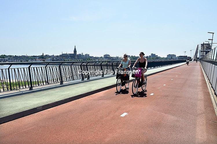 Nederland, Nijmegen, 8-7-2014Gezicht op Nijmegen en de Stevenskerk vanaf de fietsbrug, de snelbinder, die aan de spoorbrug is gehangen, en de verbinding vormt tussen de Waalsprong, nieuwe vinexwijken in oosterhout en Lent, en het centraal station. Hij is onderdeel van de snelfietsroute naar Arnhem.Foto: Flip Franssen/Hollandse Hoogte
