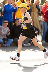 Joan Benoit Samuelson passing 9 mile mark