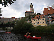 Cesky Krumlov, Krumau/Tschechische Republik, Tschechien, CZE, 25.07.2008: Wasser Touristen am Moldau-Ufer in der Altstadt von Cesky Krumlov (Böhmisch Krumau/ Krumau) . Die Hochschätzung dieses Ortes durch inländische und ausländische Experten führte allmählich zur Aufnahme in die höchste Stufe des Denkmalschutzes. Im Jahre 1963 wurde die Stadt zum Stadtdenkmalschutzgebiet erklärt, im Jahre 1989 wurde das Schloßareal zum nationalen Kulturdenkmal erklärt und im Jahre 1992 wurde der ganze historische Komplex ins Verzeichnis der Denkmäler des Kultur- und Naturwelterbes der UNESCO aufgenommen.<br /> <br /> Cesky Krumlov/Czech Republic, CZE, 25.07.2008: Water tourists at the Vltava (Moldau) river bank in the oldtown of Cesky Krumlov, with its architectural standard, cultural tradition, and expanse, ranks among the most important historic sights in the central European region. Building development from the 14th to 19th centuries is well-preserved in the original groundplan layout, material structure, interior installation and architectural detail. Situated on the banks of the Vltava river, the town was built around a 13th-century castle with Gothic, Renaissance and Baroque elements. It is an outstanding example of a small central European medieval town whose architectural heritage has remained intact thanks to its peaceful evolution over more than five centuries.