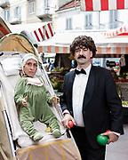 """Martina Soragna e Giuseppe Vetti ritratti per lo spettacolo """"Incursioni di Barriera"""" del Fringe Festival. Banchi del mercato, Piazza Foroni, Torino."""