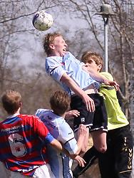 FODBOLD: Jonathan Nielsen (Helsingør) presses af målmand Mads Nielsen (Frem) under kampen i Danmarksserien, pulje 1, mellem Elite 3000 Helsingør og Boldklubben Frem den 25. april 2010 på Helsingør Stadion. Foto: Claus Birch