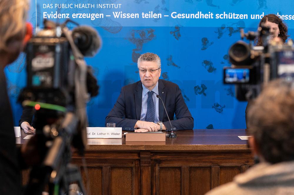 23 MAR 2020, BERLIN/GERMANY:<br /> Prof. Dr. Lothar H. Wieler, Praesident Robert-Koch-Institut, waehrend einem Pressebriefing zur aktuelle Entwicklungen des Corona-Virus, COVID-19, Hoersaal, Robert-Koch-institut<br /> IMAGE: 20200323-01-013<br /> KEYWORDS: Pandemie