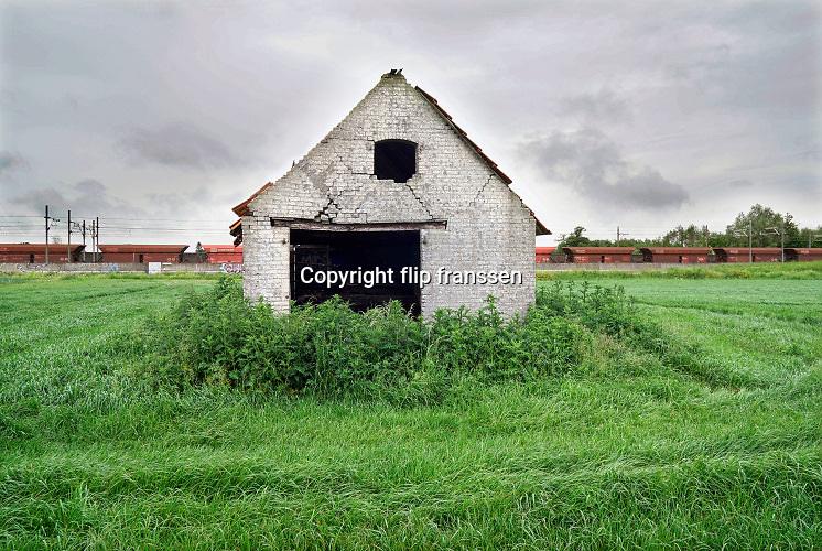 Nederland, mei, juni, 2019Schuurtjes. Boerenschuurtjes in het land. Meestal gebruikt om op locatie in de wei koeien te melken of gereedschap in op te slaan . Vaak niet meer gebruikt, in onbruik geraakt en vervallen.Foto: Flip Franssen