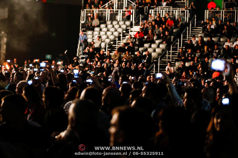 CRO/Zagreb/20130315- K1 WGP Finale Zagreb, publiek kijkt naar het vuurwerk en maakt foto's