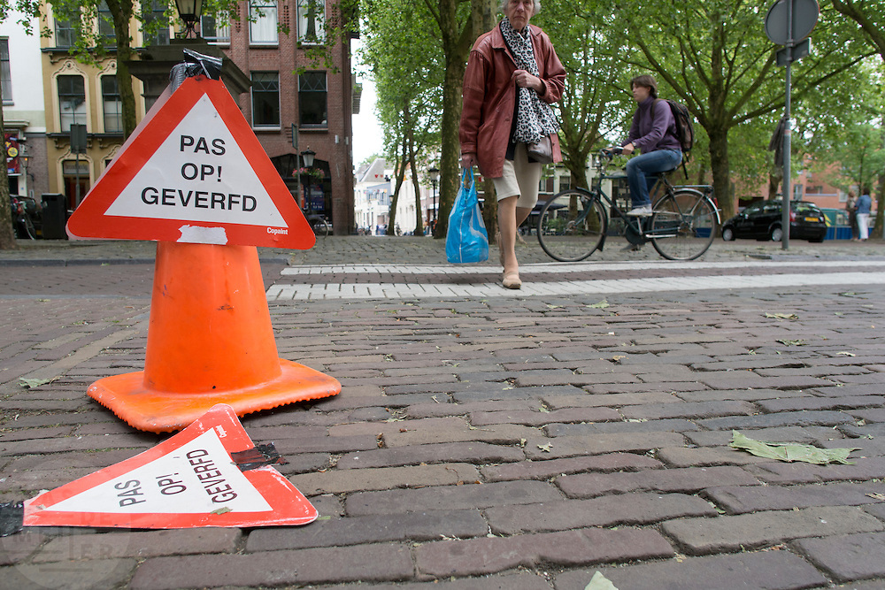 Nederland, Utrecht, 10-06-2013<br /> In Utrecht waarschuwt een bord voor de pas geverfde palen.<br /> <br /> In Utrecht signs warn for just painted poles.<br /> Foto: Bas de Meijer / Hollandse Hoogte