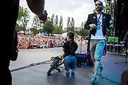 """Sozialpädagoge und Kapellenmeister Simon Ornest und Jitka Hroudová von  """"The Tap Tap"""" während dem Auftritt beim Festival """"Colors of Ostrava 2013"""". """"The Tap Tap"""" ist eine bekannte und sehr erfolgreiche tschechische Formation mit überwiegend behinderten und auch nicht behinderten Musikern, gegründet 1998 von dem Sozialpädagogen Simon Ornest."""