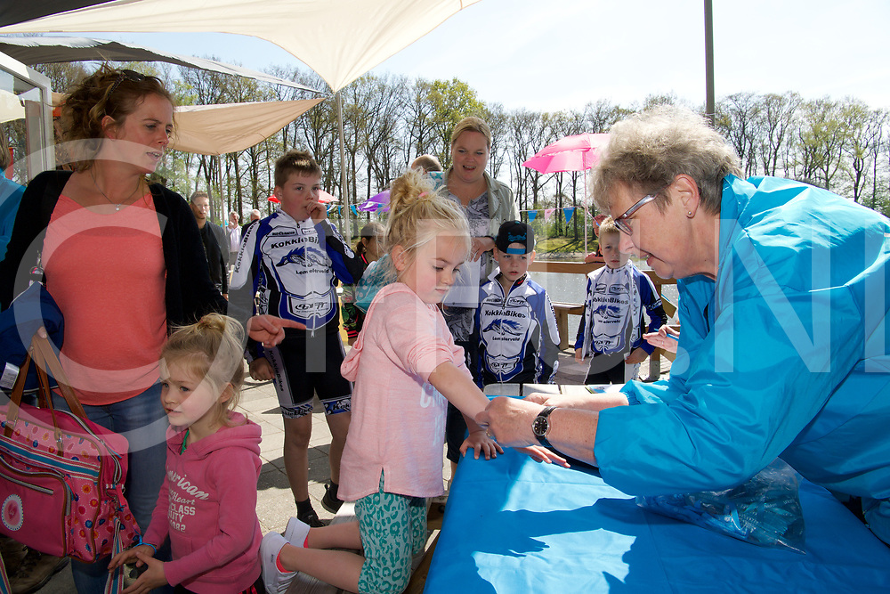 LEMELERVELD - Opening zwembad seizoen.<br /> Foto: De mini triathlon athleten kregen een polsbandje.<br /> FFU PRESS AGENCY COPYRIGHT Frank Uijlenbroek