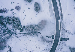 THEMENBILD - ein LKW bei Schneefall auf der Strasse am Südportal der Felbertauernstrasse in Osttirol, aufgenommen am 27. März 2020 während der Coronavirus Krise in Matrei i.O., Österreich // a truck on the road during snowfall at the south portal of the Felbertauernstrasse in Osttirol, Matrei i.O. during the Coronavirus Crisis from above, Austria on 2020/03/27. EXPA Pictures © 2020, PhotoCredit: EXPA/ JFK