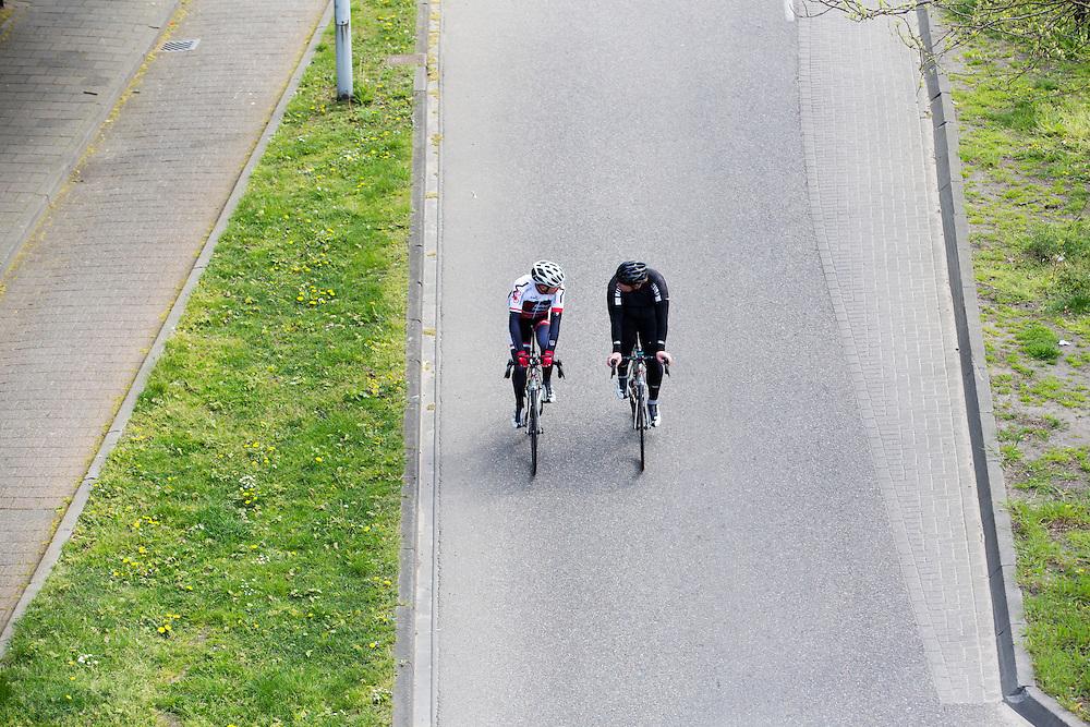 In Nijmegen rijden twee racefietsers over de gewone rijbaan in plaats van het verplichte fietspad.<br /> <br /> In Nijmegen two men on  racing bikes cycle on the road instead of the obligatory bike lane.