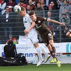 Denis Linsmayer (Nr.6, SV Sandhausen) im Kopfballduell gegen Luca Zander (Nr.19, FC St. Pauli) beim Spiel in der 2. Bundesliga, SV Sandhausen - FC St. Pauli.<br /> <br /> Foto © PIX-Sportfotos *** Foto ist honorarpflichtig! *** Auf Anfrage in hoeherer Qualitaet/Aufloesung. Belegexemplar erbeten. Veroeffentlichung ausschliesslich fuer journalistisch-publizistische Zwecke. For editorial use only. For editorial use only. DFL regulations prohibit any use of photographs as image sequences and/or quasi-video.