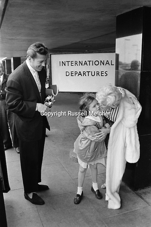 Daughter says goodbye to movie star Jayne Mansfield and Mickey Haggarty, her father on their way to the Cannes Festival.<br /> <br /> La star de cinéma Jayne Mansfield et Mickey Haggarty, son père, disent au revoir a leur fille, sur leur chemin vers le Festival de Cannes .