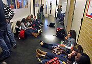 Nederland, Hardenberg, 19-12-2007..VMBO school De Nieuwe Veste. Leerlingen zitten in de pauze in de gang van de school en vormen groepjes van vrienden en vriendinnen..Foto: Flip Franssen/Hollandse Hoogte