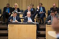 DEU, Deutschland, Germany, Berlin, 21.09.2018: Dr. Rolf-Dieter Jungk, Bevollmächtigter des Freistaates Bayern beim Bund, bei einer Abstimmung während einer Sitzung im Bundesrat.
