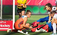 ANTWERPEN -  Xan de Waard (Ned) met Georgina Oliva (Esp) tijdens  hockeywedstrijd  dames,Nederland-Duitsland ,   bij het Europees kampioenschap hockey.   COPYRIGHT KOEN SUYK
