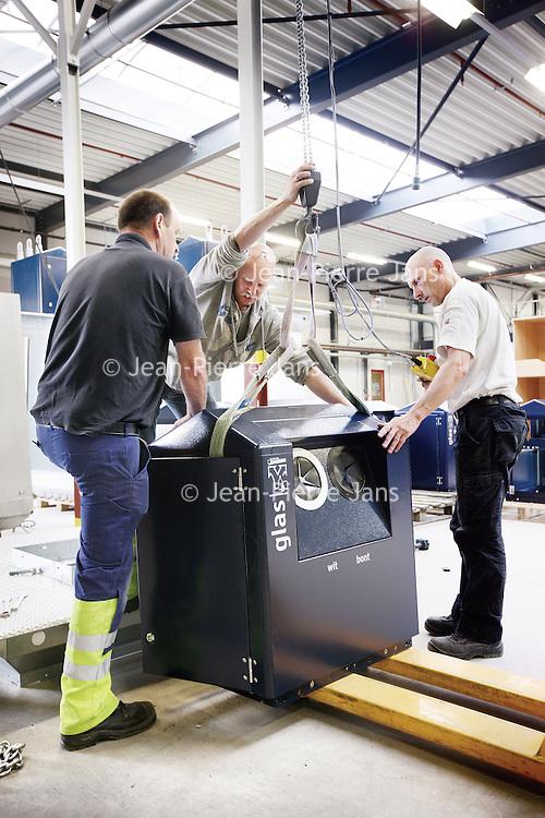 Nederland, Schiedam , 10 juli 2012..NV Irado in Schiedam is een veelzijdig bedrijf. Irado zamelt huishoudelijk afval in voor 4 gemeenten, beheert de openbare ruimte voor Schiedam en levert een scala aan diensten voor lokale overheden en het midden- en kleinbedrijf..NV Irado in Schiedam is een veelzijdig bedrijf. Irado zamelt huishoudelijk afval in voor 4 gemeenten, beheert de openbare ruimte voor Schiedam en levert een scala aan diensten voor lokale overheden en het midden- en kleinbedrijf...Foto:Jean-Pierre Jans