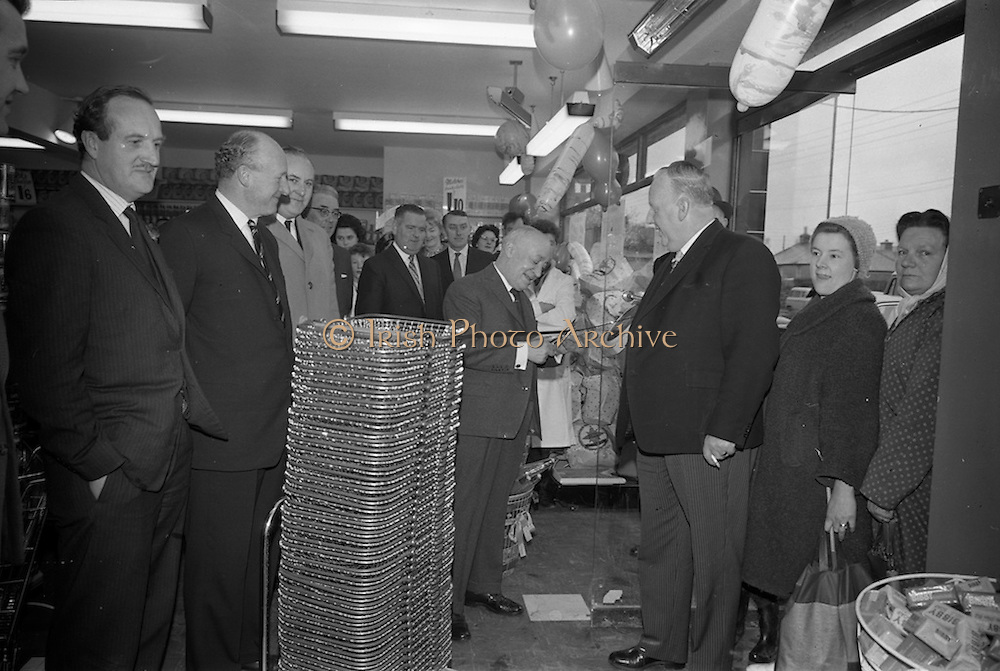 15/02/1963<br /> 02/15/1963<br /> 15 February 1963<br /> Opening of new 5 Star Supermarket at St Agnes Road in Crumlin, Dublin. Picture shows: Jimmy O'Dea cutting the ribbon, officially opening the supermarket.