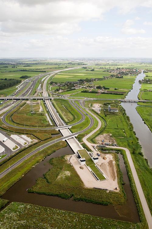 Nederland, Zuid-Holland, Bospolder, 08-09-2006. Boortunnel onder het Groene Hart: Noordelijke toerit van de geboorde tunnel, ten Noordoosten van Leiderdorp; in het midden rechts Hoogmade, met rechts het water van de Does met links de gereconstrueerde A4, na de tunnel gaat de HSL parallel aan de autosnelweg te lopen, richting Schiphol. Onder in beeld het bedieningsgebouw van de tunnel, voorbeeld 'landschappelijke inpassing'. Zie ook panorama foto's van deze lokatie,  deel van de serie Panorama Nederland..Drilled tunnel right through the Green Heart of the Netherlands. Panorama photos available, part of the series Panorama Nederland (major infrastucture photo project). The control room (building bottom) of the tunnel is a example of landscape integration..luchtfoto (toeslag); aerial photo (additional fee required); .foto Siebe Swart / photo Siebe Swart