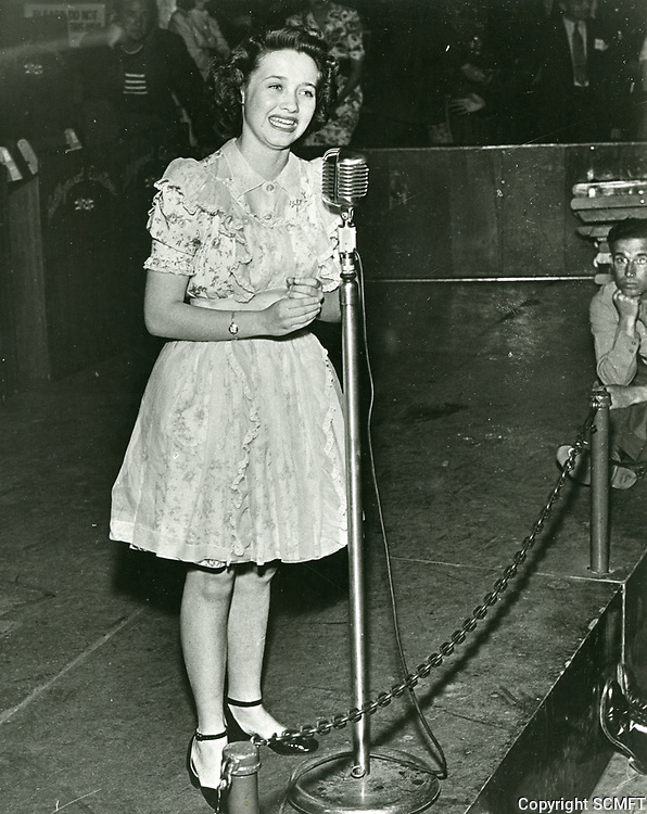 1944 Actress, Jane Powell entertains the audience at the Hollywood Canteen.