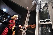 Nederland, Druten, 31-10-2020 Haloween in dit dorp in maas en waal. In de regen en het donker wordt snoep opgehaald bij de voordeur. Veel mensen hadden een schaal buiten gezet, anderen gebruikten een stok om het snoep te geven vanwege de anderhalvemeter afstand vanwege de coronadreiging.Foto: ANP/ Hollandse Hoogte/ Flip Franssen