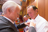 UTRECHT - Henk van Hoof en Nico Kooij (r)   worden onderscheiden door voor zitter Jan Albers. Algemene Ledenvergadering  KNHB bij de Rabobank in Utrecht. . COPYRIGHT KOEN SUYK