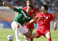 Fotball<br /> VM 2006<br /> 11.06.2006<br /> Foto: Witters/Digitalsport<br /> NORWAY ONLY<br /> <br /> v.l. Jared Borgetti, Andranik Teymourian Iran<br /> Fussball WM 2006 Mexiko - Iran