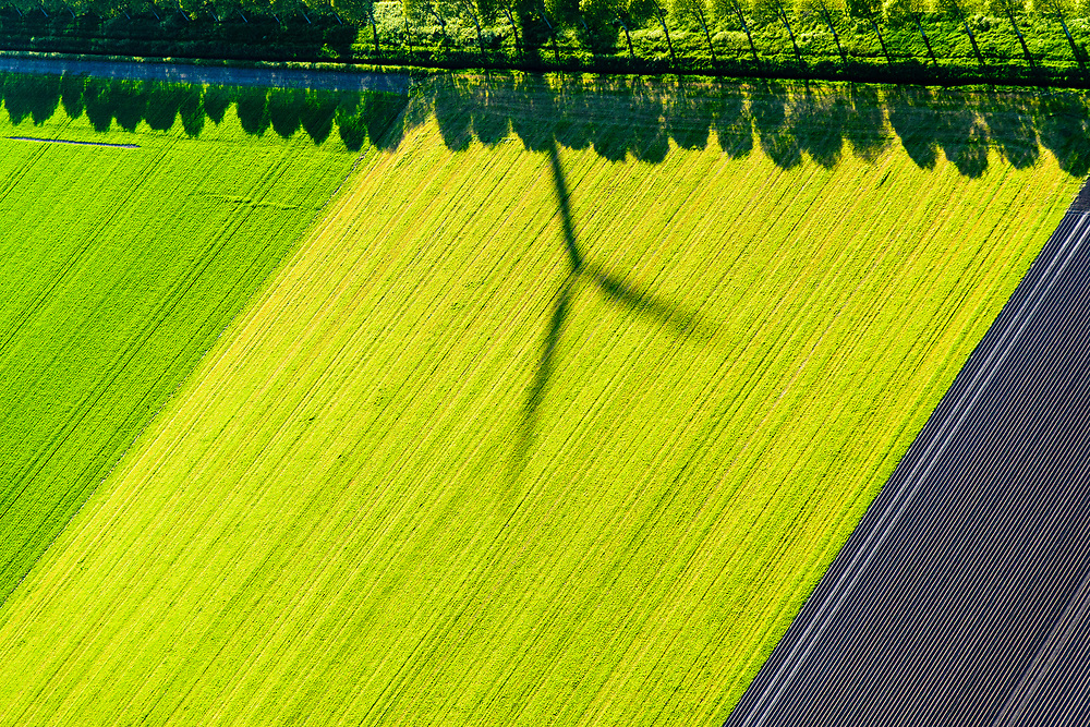 Nederland, Flevoland, Almere, 07-05-2018; Almere-Buiten, ter hoogte van de Vaartplas. Schaduw van windmolen op akker.<br /> Shadow of windmill on field, Eastern Flevoland.<br /> luchtfoto (toeslag op standard tarieven);<br /> aerial photo (additional fee required);<br /> copyright foto/photo Siebe Swart