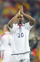 Fotball<br /> Privatlandskamp<br /> Spania v England<br /> 17. november 2004<br /> Foto: Digitalsport<br /> NORWAY ONLY<br /> England's perplexed Jermain Defoe applaudes the England away fans on the final whistle