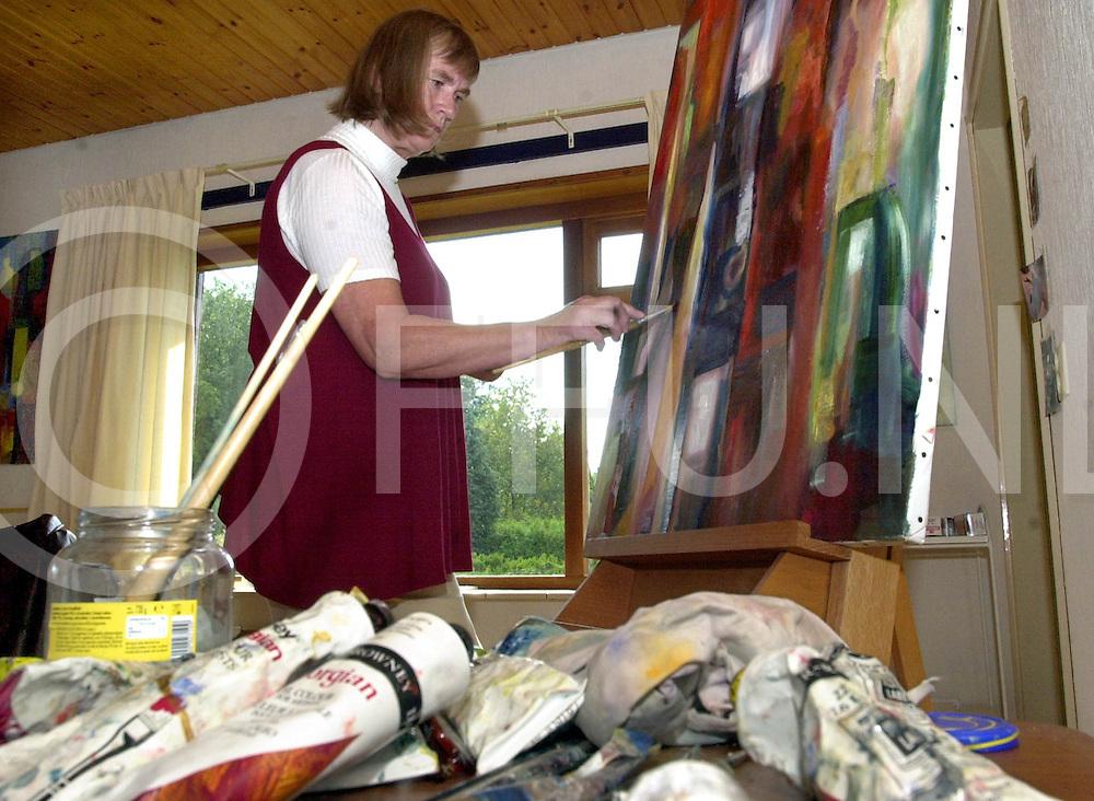Fotografie Frank Uijlenbroek©2001/Frank Brinkman.010924 nijverdal ned.aki studente mvr van exel bezig met een van haar kunstwerken.fu010924_kunst_nijdal