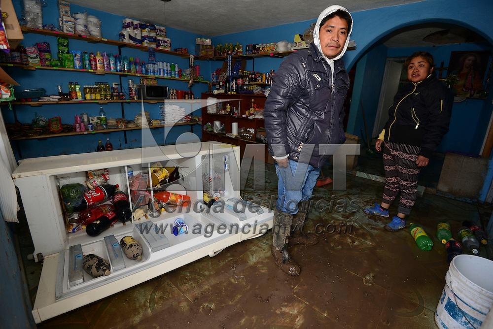 Toluca, México (Abril 18, 2016).- Familias de la comunidad de San Carlos Autopan  se vieron afectadas por la fractura que se registro en un ducto del sistema Cutzamala, en algunos casos sufrieron perdida total de sus pertenencias, algunas construcciones se desplomaron.  Agencia MVT / Crisanta Espinosa