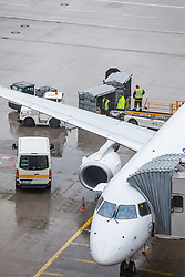 THEMENBILD - Airport Muenchen, Franz Josef Strauß (IATA: MUC, ICAO: EDDM), Der Flughafen Muenchen zählt zu den groessten Drehkreuzen Europas, rund 100 Fluggesellschaften verbinden ihn mit 230 Zielen in 70 Laendern, im Bild ein Flugzeug der Lufthansa des Typs Embraer ERJ 195 wird am Terminal abgefertigt // THEME IMAGE, FEATURE - Airport Munich, Franz Josef Strauss (IATA: MUC, ICAO: EDDM), The airport Munich is one of the largest hubs in Europe, approximately 100 airlines connect it to 230 destinations in 70 countries. picture shows: an aircraft of the Lufthansa, Embraer ERJ 195, will be handled at the terminal, Munich, Germany on 2012/05/06. EXPA Pictures © 2012, PhotoCredit: EXPA/ Juergen Feichter