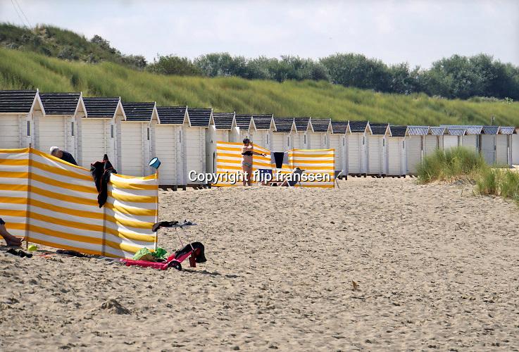 Nederland, Zeeland, Groede, 10-9-2019 Op het zeeuwse strand zijn badgasten, recreanten waarvan veel duitsers, aan het genieten van een indian summer . Bij de badhuisjes . Foto: Flip Franssen