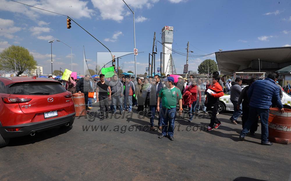 Toluca, México (Enero 20, 2018).- Comerciantes del Mercado Juárez bloquearon la avenida Isidro Fabela, exigiendo al gobierno municipal la salida de ambulantes en la zona de la Terminal de Autobuses y el mercado.  Agencia MVT / Crisanta Espinosa.