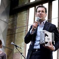 Nederland, Amsterdam , 12 april 2012.. slotmanifestatie Amarantis op het NDSM terrein in Amsterdam Noord..Vrijdag 13 april 2012 organiseren de MBO-scholen van de Amarantis Onderwijsgroep een slotmanifestatie gericht op het behoud van kleinschalig MBO-onderwijs in Amsterdam en Almere. De Amarantis Onderwijsgroep is door het voormalige bestuur opgezadeld met een schuld van 92 miljoen euro, waardoor 30.000 jongeren en 3.300 personeelsleden op straat dreigen te komen staan. De manifestatie vindt vanaf 15.45 uur plaats in de grote hal Noorderstrook op de NDSM-Werf in Amsterdam-Noord (Tt. Neveritaweg 15a). Onder anderen zal Jan Marijnissen spreken, er wordt een petitie aangeboden en leerlingen en bekende artiesten zullen optredens verzorgen. De presentatie is in handen van Gijs Staverman..Op de foto: aan het woord is wethouder Lodewijk Asscher.Foto:Jean-Pierre Jans