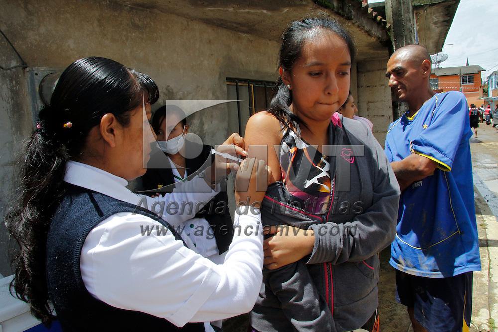 Tenancingo, México.- Personal de la Secretaria de Salud aplico vacunas a los pobladores que se vieron afectados por el desbordamiento del río El Salado en Tenancingo. Agencia MVT / Crisanta Espinosa