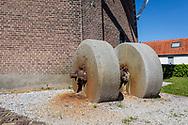 07-05-2020: Wolvega, Weststellingwerf - Molenstenen bij molen Windlust, een korenmolen uit 1888