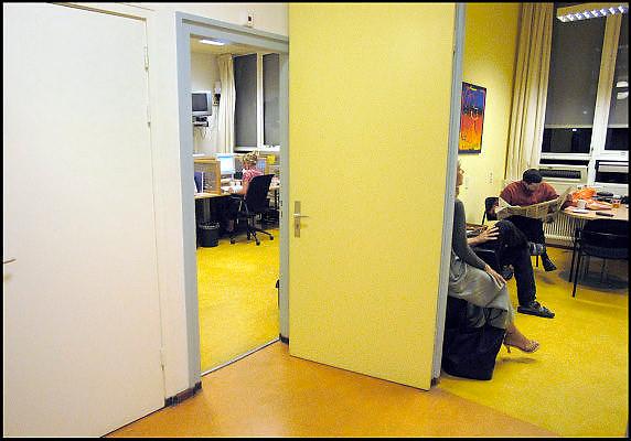 Nederland, Nijmegen, 21-6-2003..Huisartsenpost, huisartsendienst voor Nijmegen en omgeving. koffiekamer en telefoondienst. Doktersassistente, Nachtdienst, weekenddienst, kosten gezondheidszorg.....NIET BIJ NEGATIEVE VERHALEN OVER HUISARTSENPOSTEN...Foto: Flip Franssen