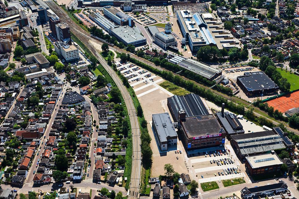 Nederland, Overijssel, Hengelo, 30-06-2011; sporen driehoek met links de spoorlijn naar Almelo, rechts naar Zutphen. In de driehoek de Creatieve Fabriek (voorheen Holec Hazemeyer). Links van het station de binnenstad, rechts het kerngebied met bedrijven van Stork en Siemens. Rechts van het midden Hart van Zuid , herontwikkeling voormalig STORK terrein met onder andere het Lansinkveld met fabriekshal van voormalige gieterij van Stork, nu ROC Twente. Het gebouw met de toren is de Brandweerkazerne. .Railway triangle with the railroad to Almelo (l) and to Zutphen. In the triangle the Creative Factory (formerly Holec Hazemeyer). On the left of the station the city centre, the central area of the 'Heart of South' with Stork and Siemens. Middle right the former foundry of Stork, now ROC Twente (technical and vocational training). The building with the tower is the new fire station..luchtfoto (toeslag), aerial photo (additional fee required).copyright foto/photo Siebe Swart