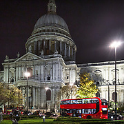 St. Paul Cathedral e il tipico bus rosso a due piani di Londra Double Decker<br /> <br /> St.Paul Cathedral and the typical red bus Double Decker in London