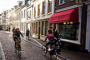 In Utrecht rijden fietsers door de Haverstraat.<br />