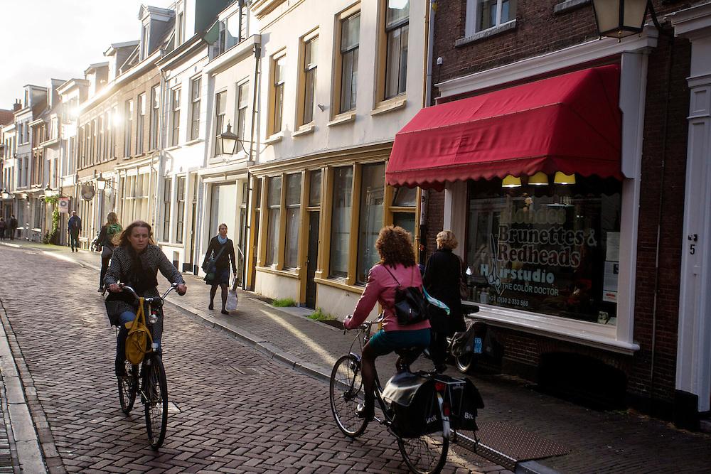 In Utrecht rijden fietsers door de Haverstraat.<br /> <br /> In Utrecht cyclists ride at the Haverstraat.
