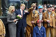Streekbezoek Koning en Koningin in de voormalige Mijnstreek Limburg /// Region Visit King and Queen in the former mining region of Limburg<br /> <br /> op de foto / on the photo: <br /> <br />  Koning Willem-Alexander en koningin Maxima ontmoeten Kompels/mijnwerkers  bij het standbeeld van Dr Joep ( Nederlandse nationale monument van de mijnwerkers)  in Kerkrade. /////  <br /> King Willem-Alexander and Queen Maxima meet miners / miners at the statue of Dr. Joep (Dutch national monument of miners) in Kerkrade.
